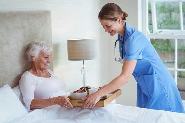 Кому довериться: как выбрать сиделку для пожилого человека?