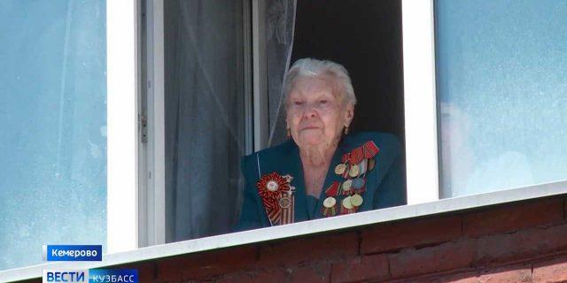 В Кемерове под окнами ветерана устроили праздничный концерт-_00-00-24-339_02